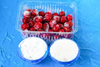 Замороженная вишня, крахмал и сахар