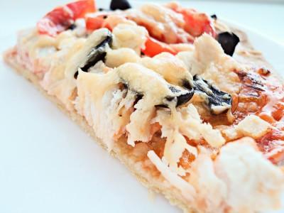 Пицца с курицей и маслинами