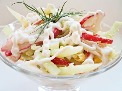Салат из крабовых палочек с кукурузой, яйцами и огурцами