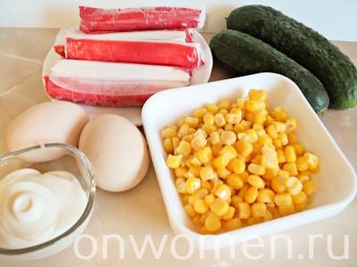 salat-iz-krabovyh-palochek-s-kukuruzoj-yajcami-i-ogurcami1
