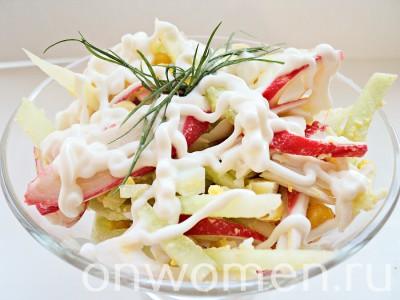 salat-iz-krabovyh-palochek-s-kukuruzoj-yajcami-i-ogurcami8