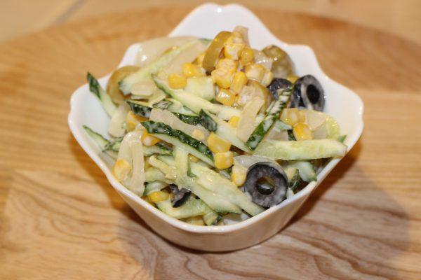 Салат с кальмарами, кукурузой и огурцами