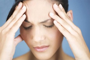 Почему болит голова и давит на виски