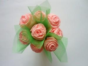 Ваза с цветами из гофрированной бумаги