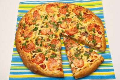 Пицца с колбасой, грибами, сыром и помидорами