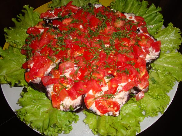 Салат с баклажанами, помидорами и грибами
