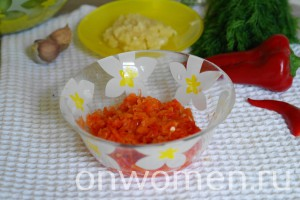 zakuska-iz-zelenyh-pomidor-chesnoka-i-gorkogo-perca-na-zimu4
