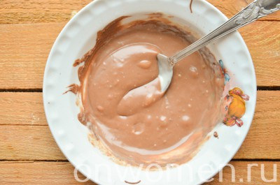 biskvitnyj-tort-s-fruktami-i-shokoladom-v-multivarke11