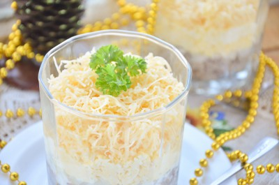 Слоеный салат с печенью, яйцом и сыром