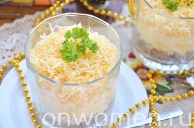 sloenyj-salat-s-pechenyu-yajcom-i-syrom12