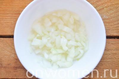 sloenyj-salat-s-pechenyu-yajcom-i-syrom2