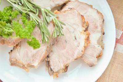 Свиной ошеек, запеченный в луке
