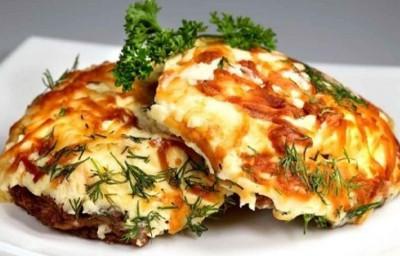 Запеченное мясо с помидорами и сыром