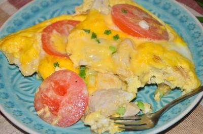 Омлет с курицей и помидорами в духовке