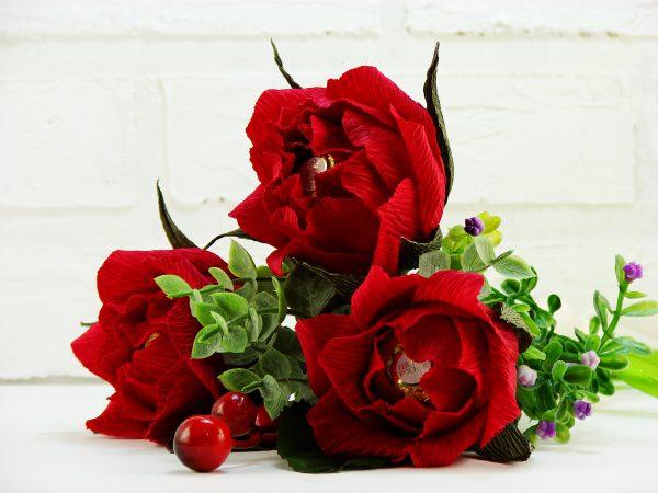 Английская роза из гофрированной бумаги с конфетой