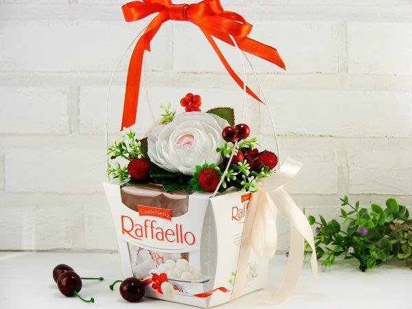 Как украсить коробку конфет цветами из гофрированной бумаги