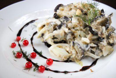 Салаты с баклажанами, яйцом и маринованным луком