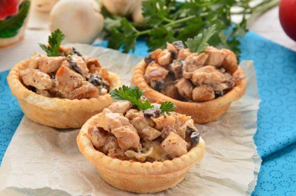 Тарталетки с грибами и курицей