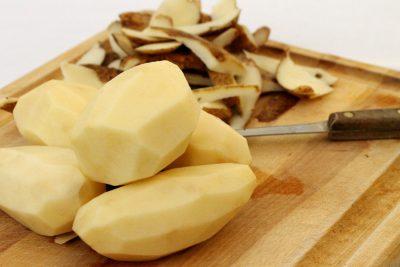 Сонник чистить картошку и тереть на терке