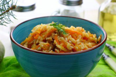 Рис с тушенкой, приготовленный на сковороде