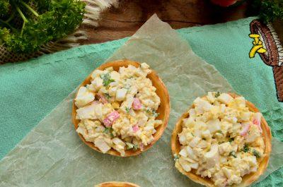 Тарталетки с крабовыми палочками, сыром и яйцом