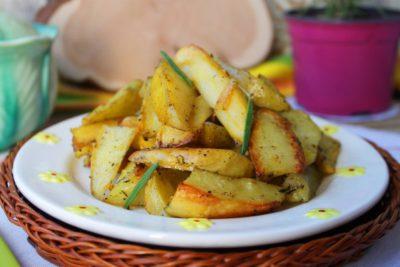 Картофель, запеченный в духовке дольками