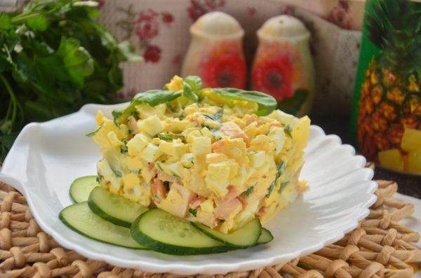 Салат с копченой курицей, ананасом, сыром, яйцом