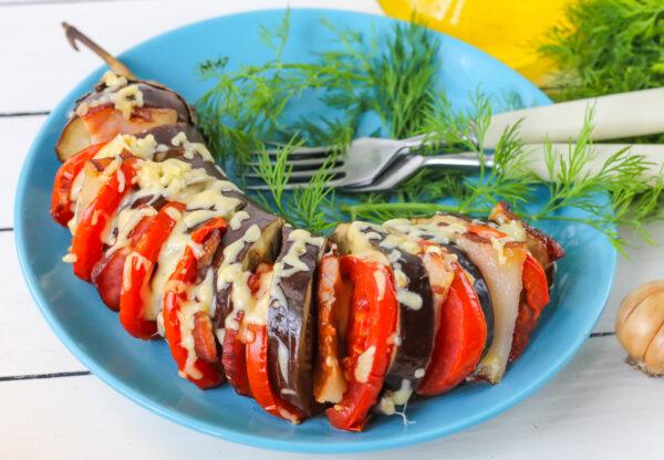 Баклажан с беконом, помидорами и сыром в духовке