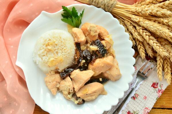 Куриное филе в сметане с черносливом