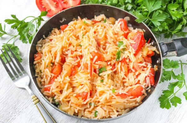 Макароны с помидорами и сыром на сковороде
