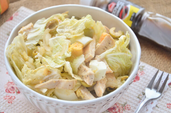Легкий салат с курицей и пекинской капустой