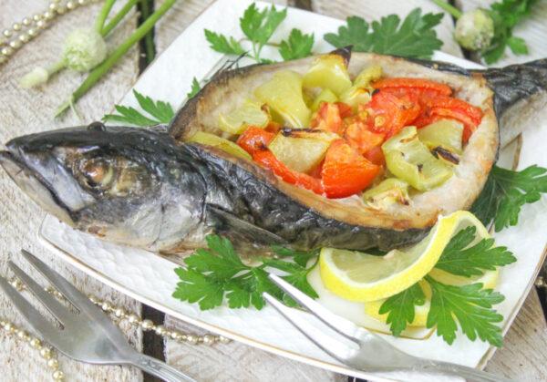 Скумбрия, фаршированная овощами, запеченная в духовке
