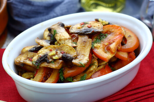 Салат из свежих шампиньонов с помидорами