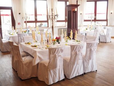 kak ukrasit svadebnyj zal