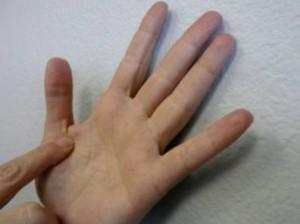 К чему чешется правая рука или ладонь - приметы