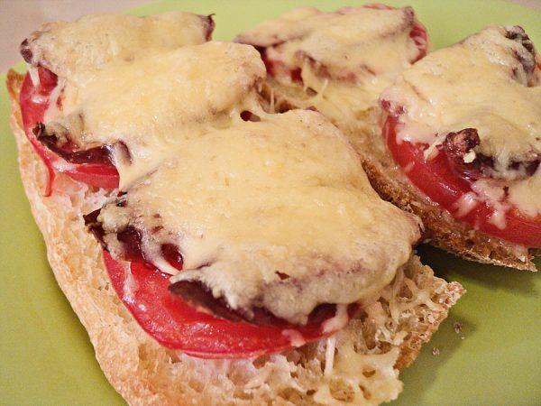 Горячие бутерброды с помидорами и охотничьими колбасками