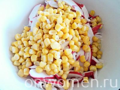 salat-iz-krabovyh-palochek-s-kukuruzoj-yajcami-i-ogurcami3