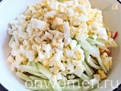 salat-iz-krabovyh-palochek-s-kukuruzoj-yajcami-i-ogurcami7
