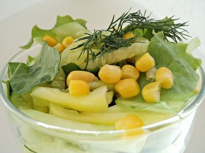 Салат с кукурузой, огурцом и перцем