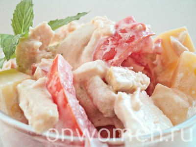 salat-s-kuricej-syrom-pomidorami-i-suharikami10