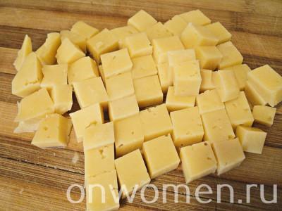 salat-s-kuricej-syrom-pomidorami-i-suharikami3