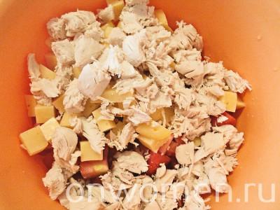 salat-s-kuricej-syrom-pomidorami-i-suharikami6