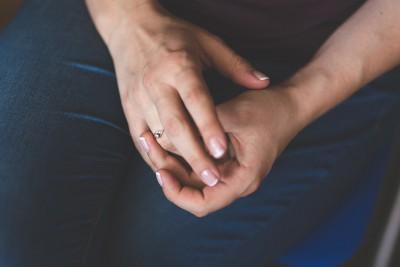 На каком пальце носят обручальное кольцо после развода женщины