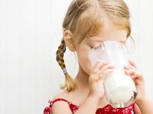 Коровье молоко в рационе малышей: «за» и «против&raquo