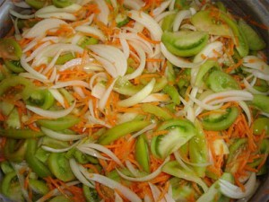 рецепт консервирования салата с огурцов и помидоров на зиму
