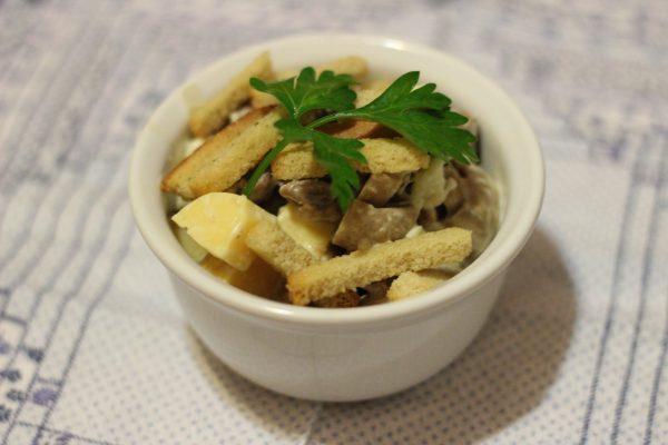 Салат с мясом, грибами и сухариками