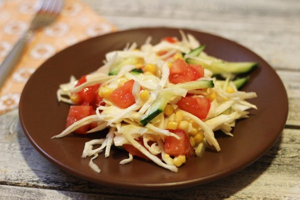 Салат с капустой, кукурузой и огурцом