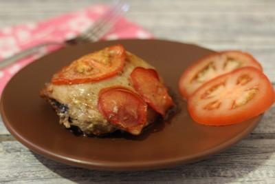 Куриные бедра с помидорами в духовке