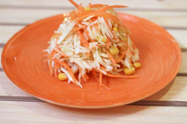 Салат с яблоками, морковью, капустой и кукурузой