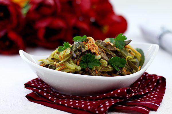 Салат с говяжьей печенью и маринованными огурцами